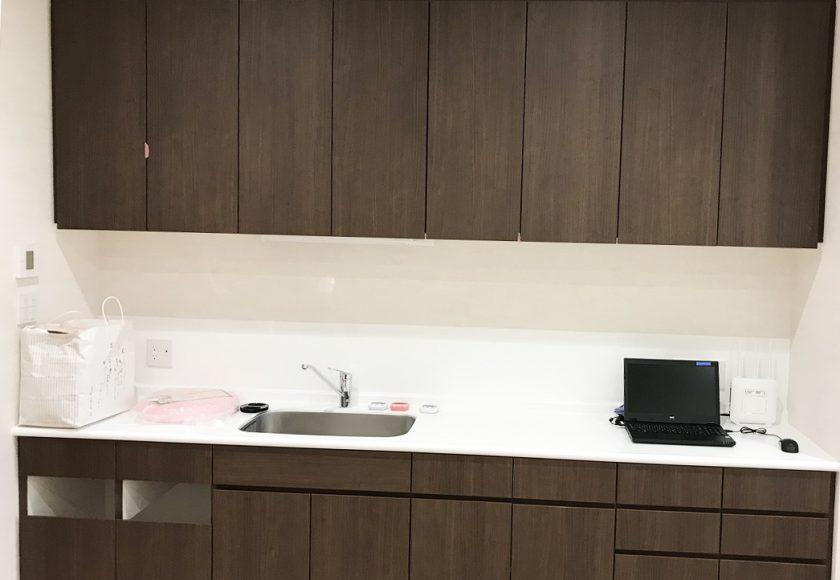 設置医療器具に合わせた設計された作業台と吊戸棚